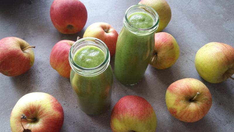 Jabłkowe smoothie z ananasem i jarmużem