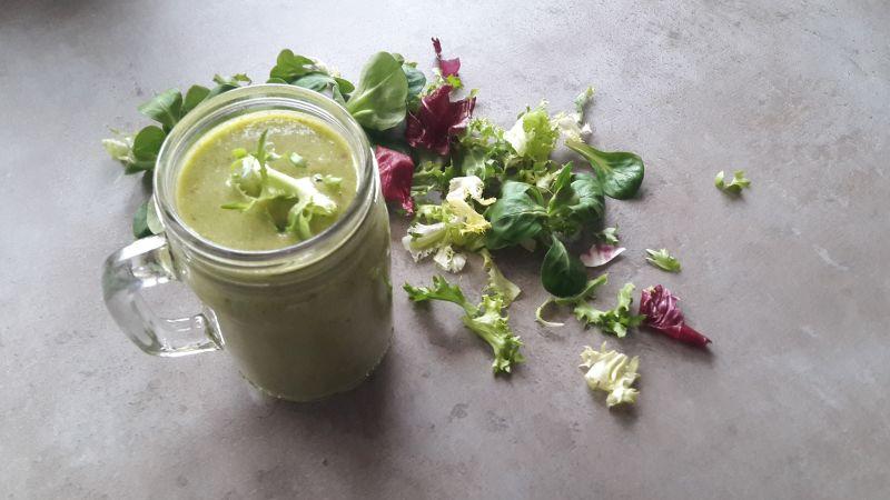 Green Drin z mieszanki sałat i młodym jęczmieniem