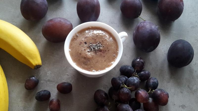 Jesienny mus ze śliwkami i czerwonymi winogronami