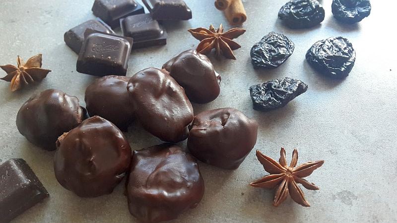Domowe śliwki w czekoladzie. Zdrowe słodycze bez białego cukru.